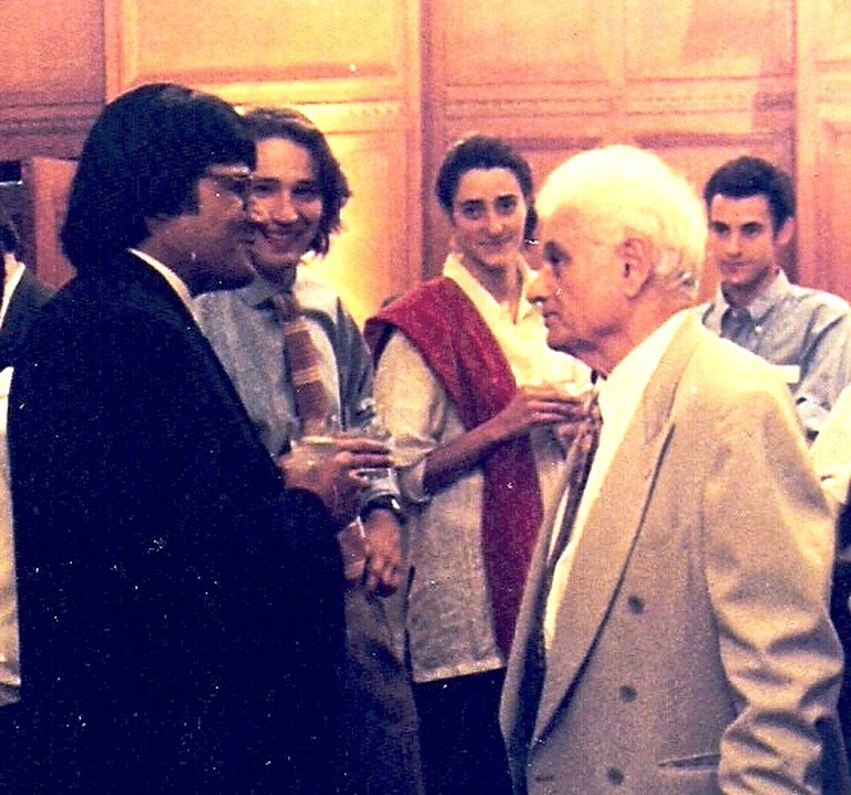 Chinmoy Guha meeting Jacques Derrida | © Chinmoy Guha (https://commons.wikimedia.org/wiki/File:Chinmoy_Guha_with_Derrida.jpg)