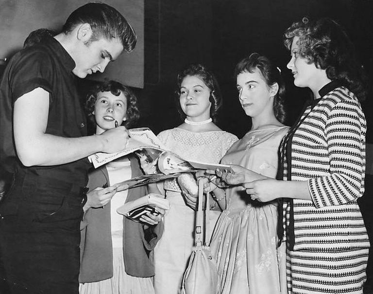 Elvis Signs Autographs | © The Minneapolis Tribune/WikiCommons