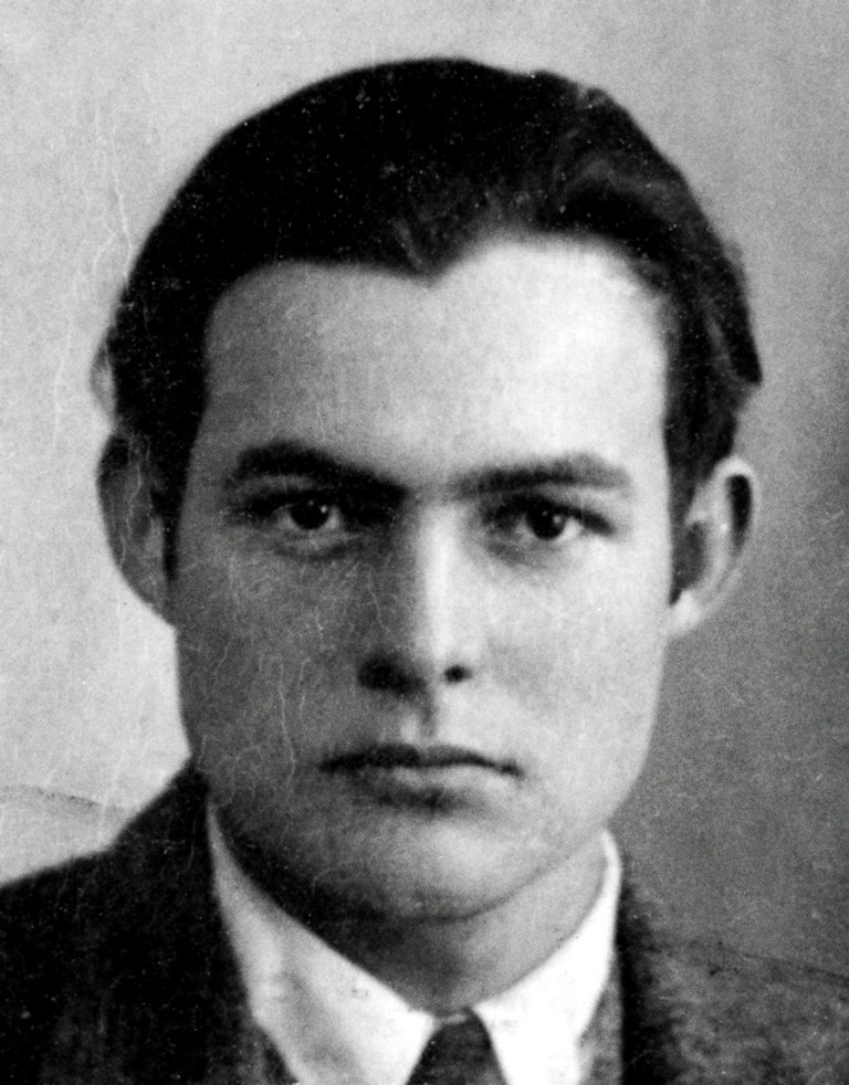 Ernest Hemingway | © Unknown - National Archives and Records Administration Electronic Records Archives Program (https://en.wikipedia.org/wiki/Ernest_Hemingway#/media/File:Ernest_Hemingway_1923_passport_photo.jpg)