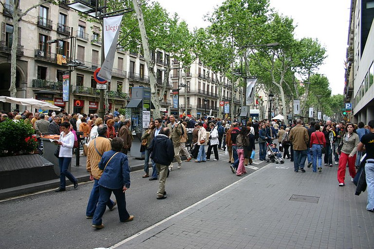 Afternoon Stroll on Las Ramblas | ©Yearofthedragon via Wikicommons