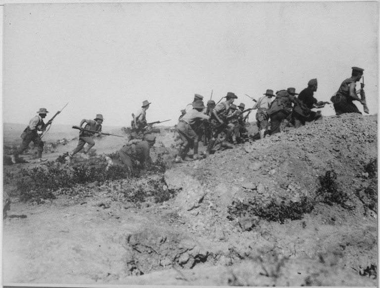 Scene just before the evacuation at Anzac. Australian troops charging near a Turkish trench. When they got there the Turks had flown. Dardanelles Campaign, circa 1915 | © National Archives and Records Administration / WikiCommons