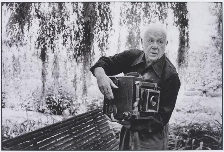 Paul Strand Photographing the Orgeval Garden, 1974 | © Martine Franck / Magnum Photos