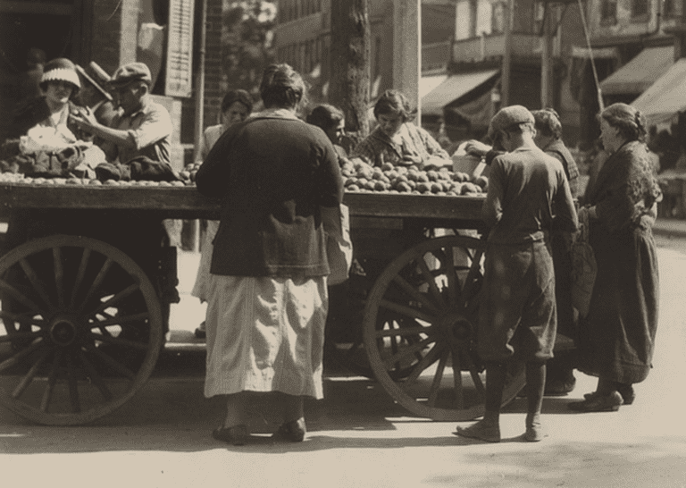 Jewish market day, Kensington Avenue, 1924 | Public Domain