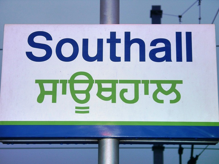 A Southall sign written in Gurmukhi, the Punjabi alphabet. An example of the many influences of foreign languages on the contemporary English culture | © Júlio Reis/WikiCommons