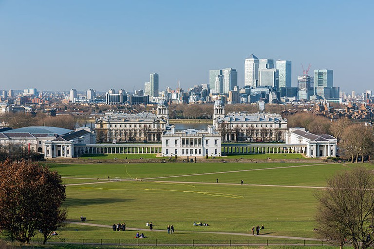 Greenwich Park, viewed from the top of the hill, with the National Maritime Museum in the foreground and the Isle of Dogs in the background. | © Morio/WikiCommons