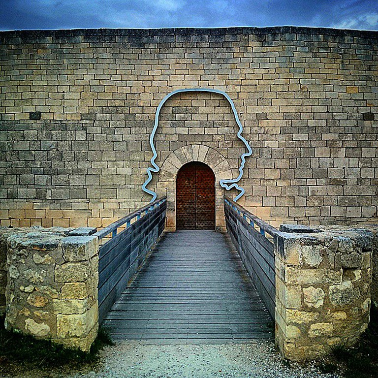 Door to the castle of Marquis de Sade | © HiP 1/Flickr