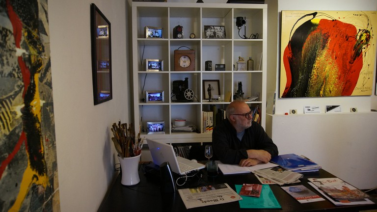 Rebel artist Jan Bucquoy in his offices | © Miguel Discart/Flickr