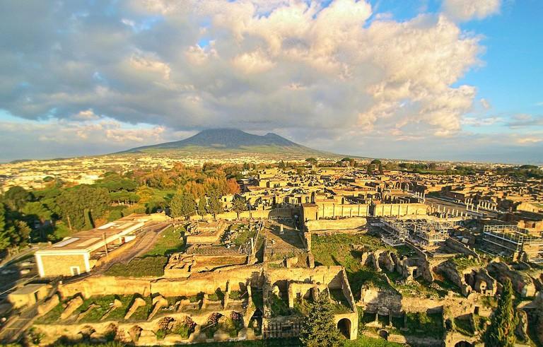 Ruins of Pompeii with the Vesuvius | © ElfQrin/WikiCommons