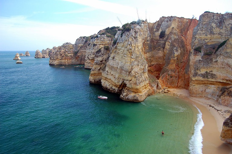 The Praia Dona cliffs | © Steven Fruitsmaak /WikiCommons