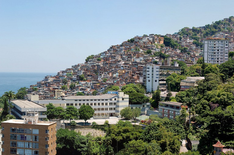 Vidigal, next to some of Rio's most luxury and expensive apartments |© IK's World Trip/Flickr