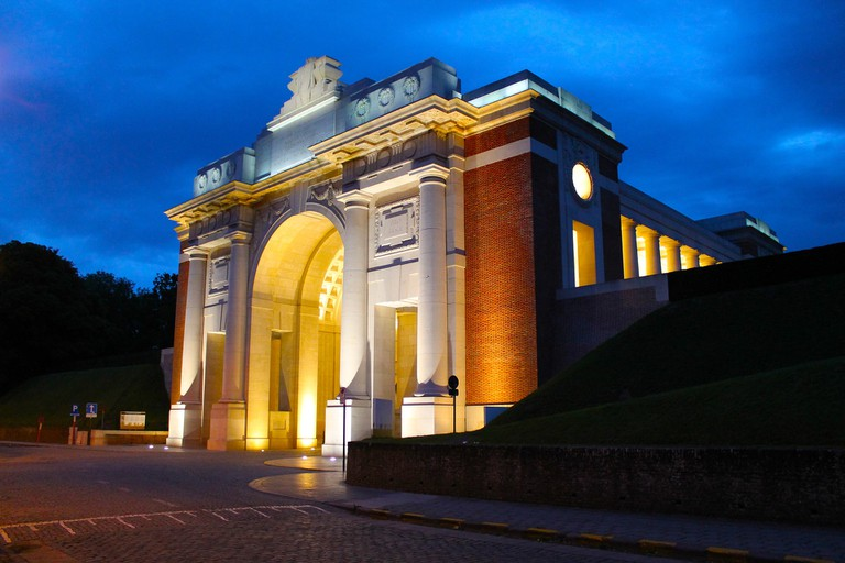 The Menin Gate in Ypres, where trumpets are sound every night in honor of the WWI soldiers who lost their life in the area | © marygreenlees/Pixabay