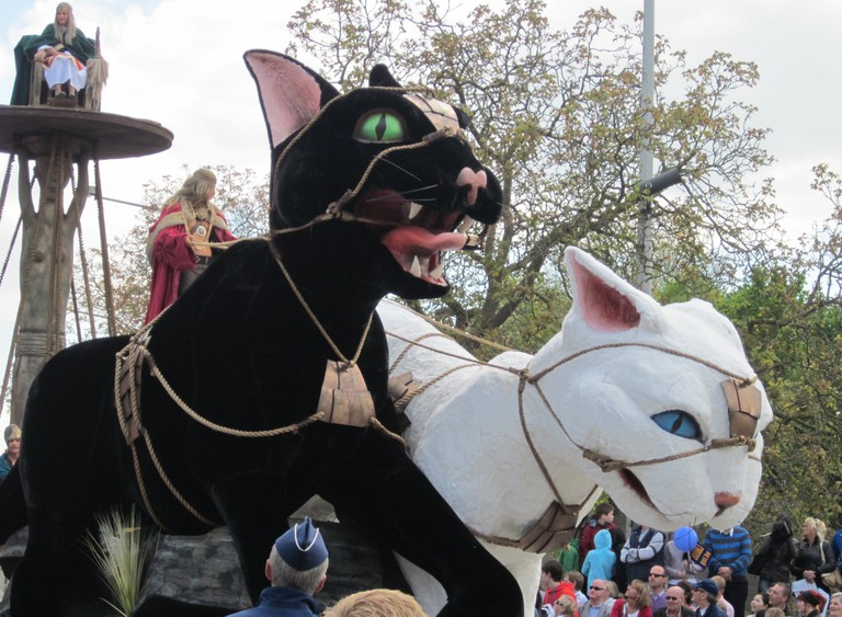 A float carrying a couple of ferocious felines at the 2012 Cat Parade | © Zeisterre/Wikimedia Commons