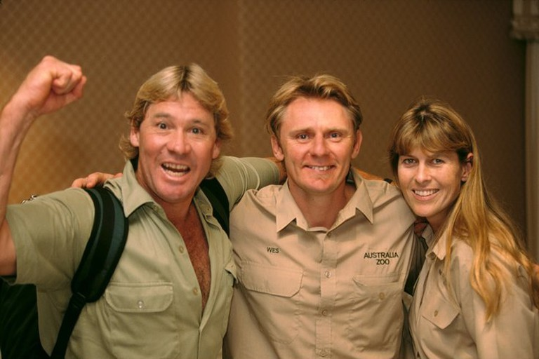 Terri and Steve Irwin with his best mate Wes (2002) | © Australia Zoo Pty Ltd / WikiCommons