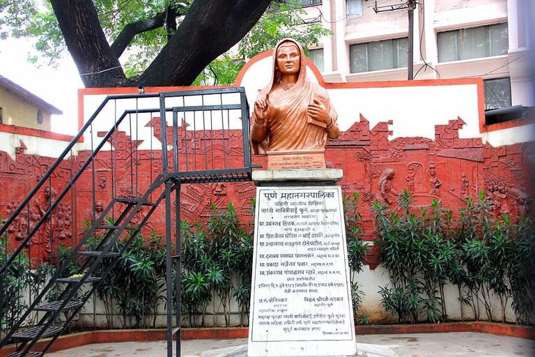 Bust of Savitri Phule in the grounds of Pune Municipal Corporation | © Chawla.nishant/WikiCommons