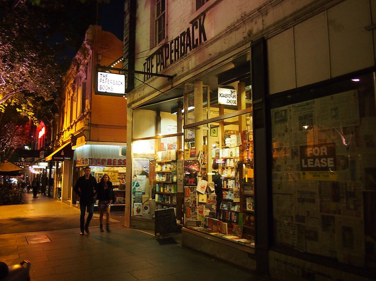 The Paperback Bookshop at night in Dec 2012 | © Nick-D/WikiCommons
