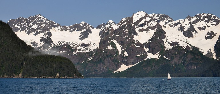 A sailboat near the mouth of Thumb Cove, in Resurrection Bay | © Paxson Woelber/Wikicommons