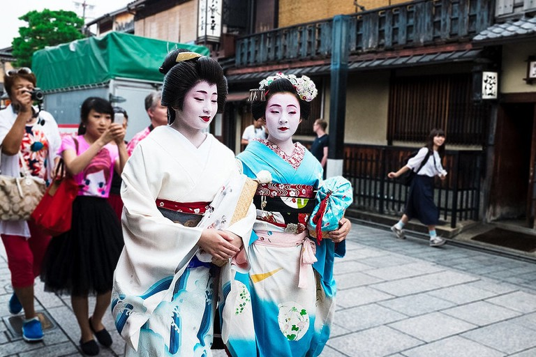 Two maiko remain poised as they are hounded by photographers   © Sonny Abesamis/Flickr