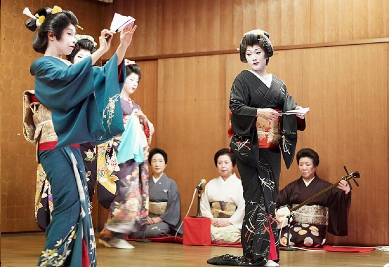 Geisha perform a dance with shamisen players in the back   © Joi Ito/WikiCommons