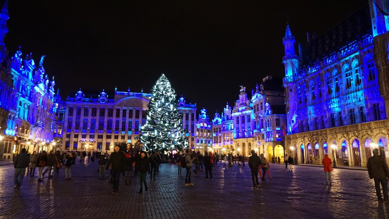 With the Grand Place's huge tree in place, late fall is the ideal time to start basking in the twinkly lights of the upcoming holiday season | © Miguel Discart/Flickr