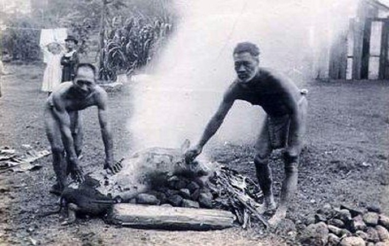 Hawaiians roast a pig for an 1890 lūʻau | © Public Domain/WikiCommons