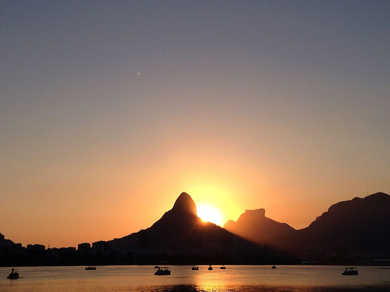 The yoga classes finish just in time to see the sunset over Lagoa |© Viviane Marques dos Reis/WikiCommons