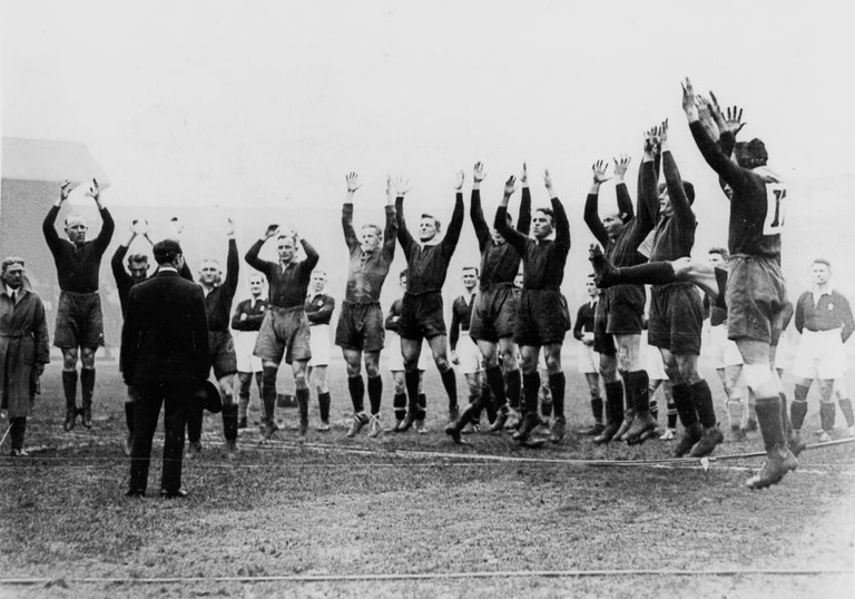 Australian Rugby League (Kangaroos) Team of 1929-30 giving their war-cry | © Unknown / WikiCommons