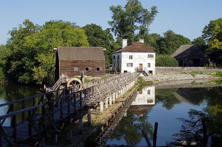 https://upload.wikimedia.org/wikipedia/commons/1/1e/Philipsburg_Manor%2C_Sleepy_Hollow%2C_New_York.JPG