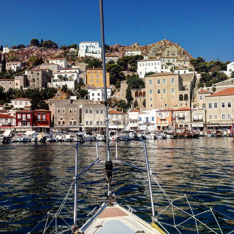 Sailing into Hydra's harbor | © Anametheus/Flickr
