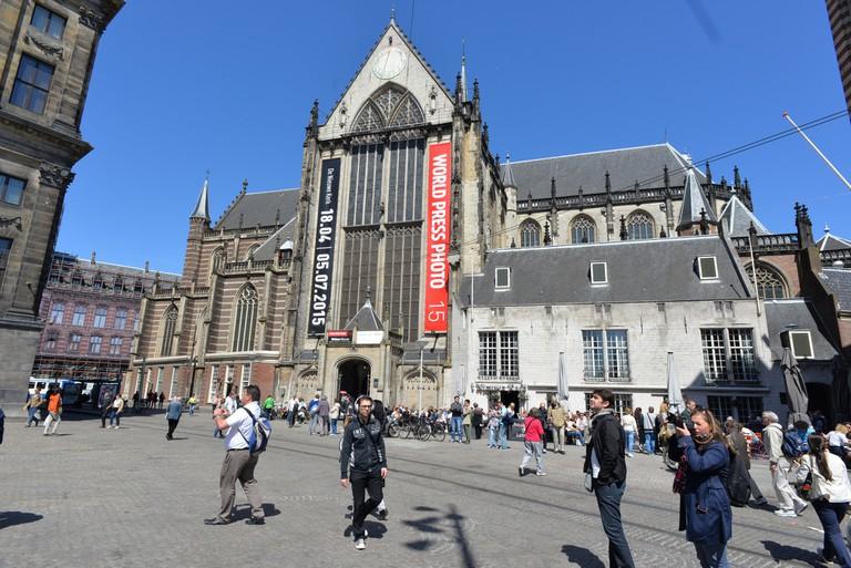 De Drie Flesjes is just behind de Neiuwe Kerk