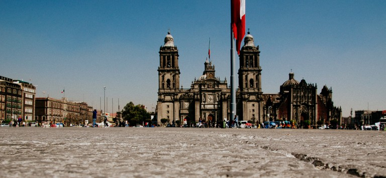 Zócalo with a view of the cathedral | © LWYang/Flickr
