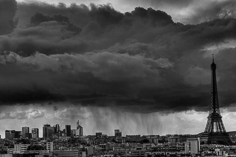 Dark skies over Paris │ © ollografik