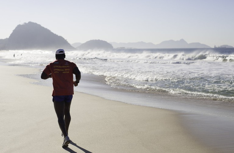 Running on Copacabana beach |© Jimmy Baikovicius/Flickr