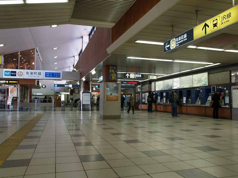 Concourse at the Shin-Kiba Tokyo Metro Station | © Comyu/WikiCommons