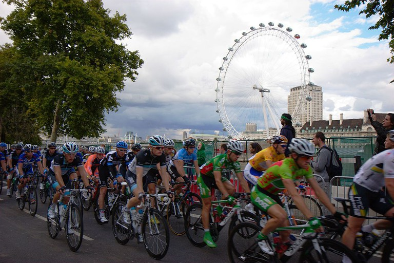 Riders in the Tour of Britain pass the London Eye, 2011|©Jun/Wikicommons