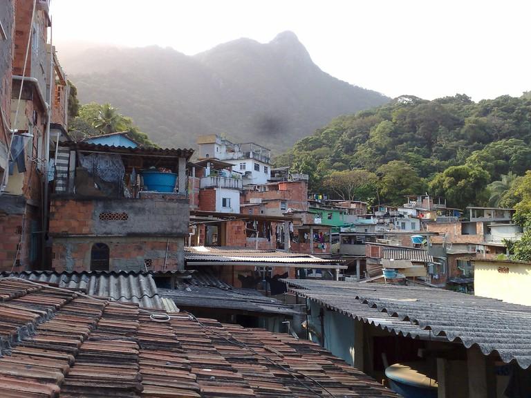 Favela rooftops |© paula le dieu/Flickr