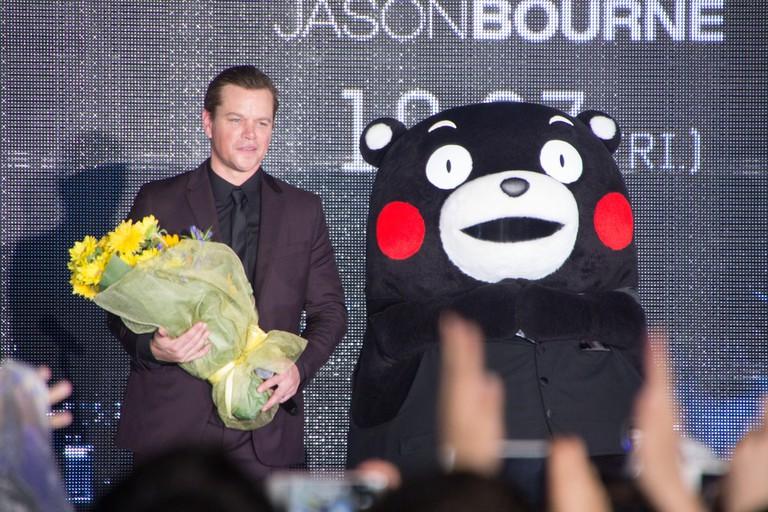 Matt Damon and Kumamon celebrate the Jason Bourne premiere in Japan in 2016 | © Dick Thomas Johnson/Flickr