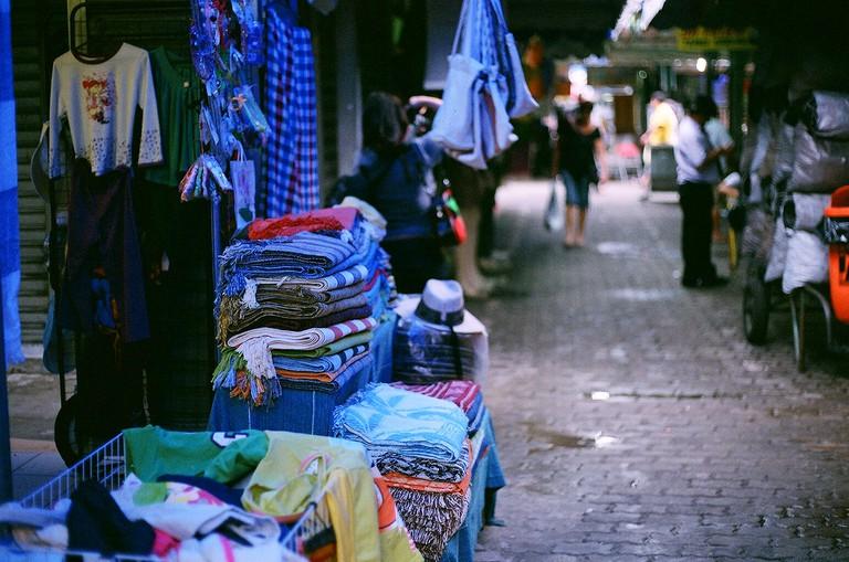 Bargains at the open-air market |© Eduardo Otubo/Flickr