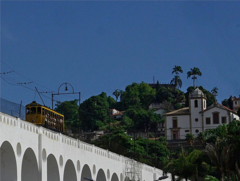 The Arches de Lapa supporting the functioning 'bonde' again with Santa Teresa in the background |© Cyro A. Silva/Flickr