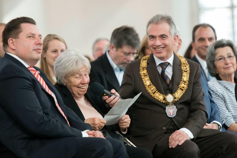 Stephan Siegler, City Council Chairman, Trude Simon son, Mayor Feldmann | © Heike Lyding