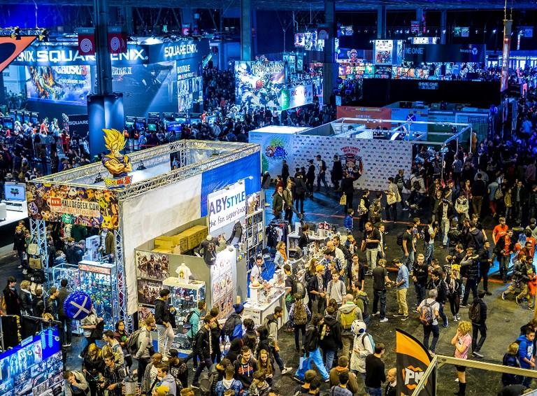 Crowds and displays at Paris Games Week 2015 │© Sergey Galyonkin