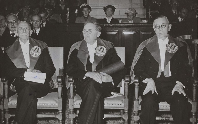 E.M. Forster (center) receiving an honorary doctorate in Leiden in 1954 │© ANEFO