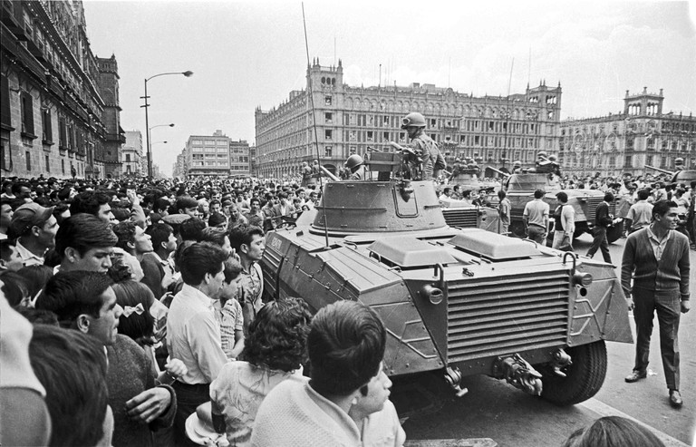 Army tanks in Mexico City's zócalo, 1968 | © Cel·lí/WikiCommons