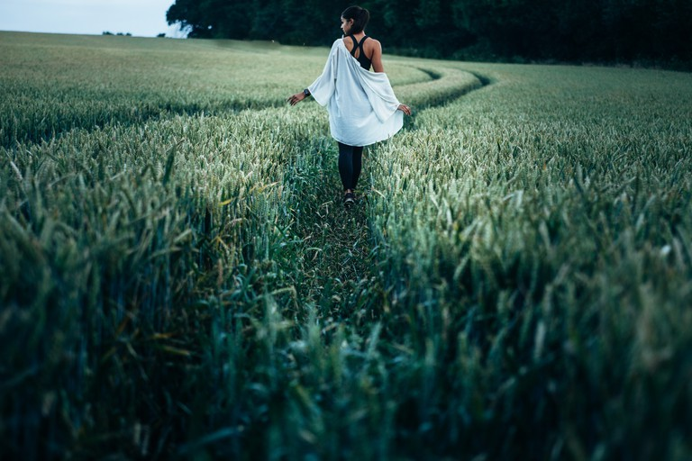 Woman in field |© Clem Onojeghuo/Unsplash
