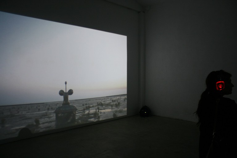 Gallery visitors interact with Vogler's video and audio pieces | © Melanie Erspamer