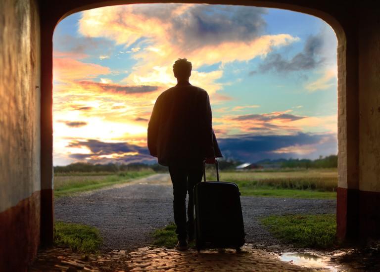 Solo traveling man |© Mantas Hesthaven/Unsplash