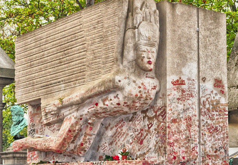 Oscar Wilde's kiss-covered tomb │