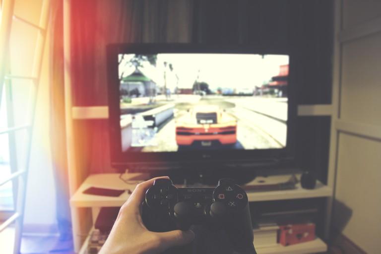 Playing video games | © John Sting/Unsplash