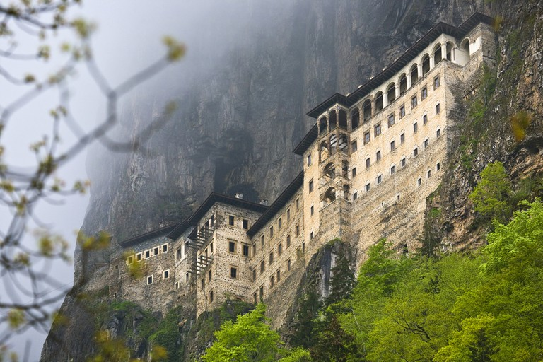 The Sumela Monastery – 1600-year-old ancient Orthodox monastery of the Panaghia located at a height of 1200 meters on the steep cliff | © WitR/Shutterstock