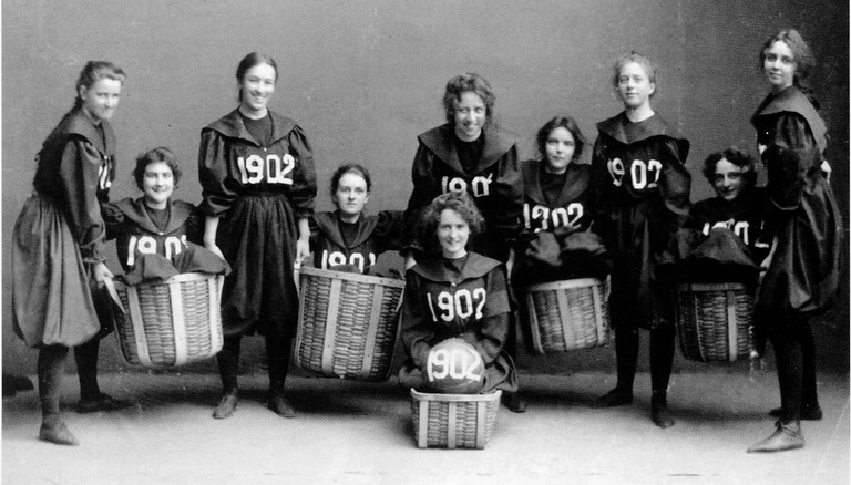 A women's basketball team from 1902 | CC0 Public Domain
