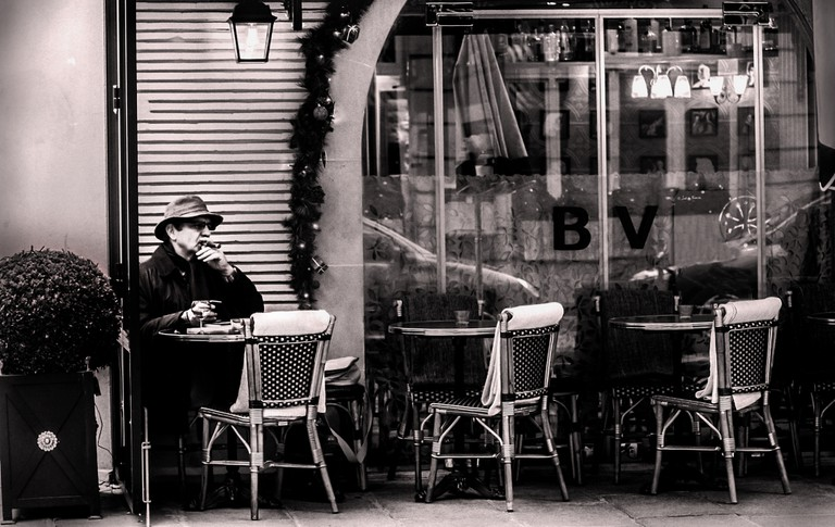 Smoker at a café│© Vincent Anderlucci